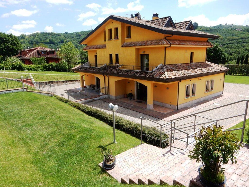 Prestigiosa villa a cinque minuti dal centro di Avellino.