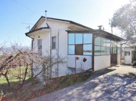 Casa indipendente con terreno di 3.600 Mq a Frigento.