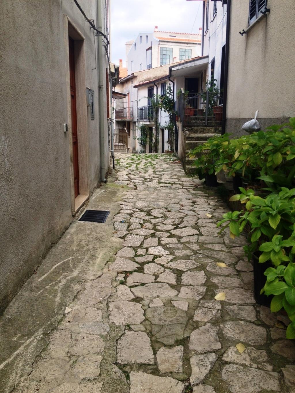 Due abitazioni nel centro storico di montemarano for Due case di mattoni storia