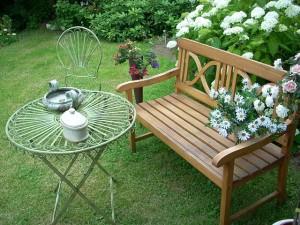 panchina decorata giardino