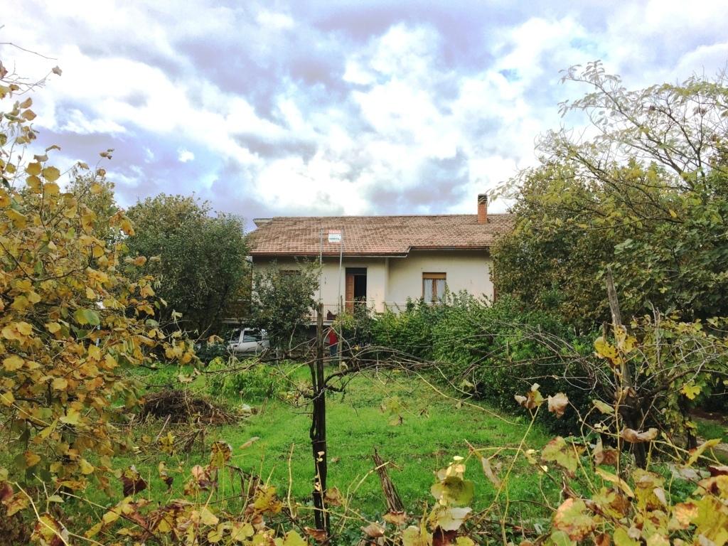 Casa indipendente con terreno a manocalzati casagrin for Piccoli piani di casa con cantina e garage