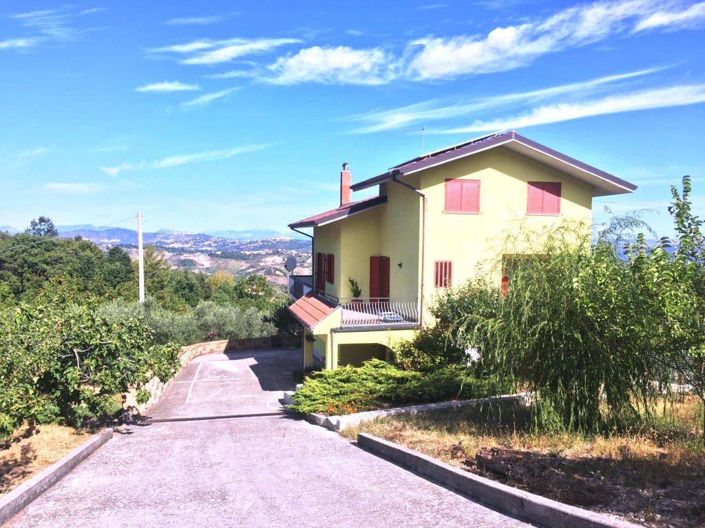 Villa indipendente con 6.000 mq di terreno a San Mango Sul Calore