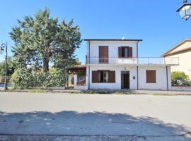 Villa nel centro di Taurasi con giardino e box