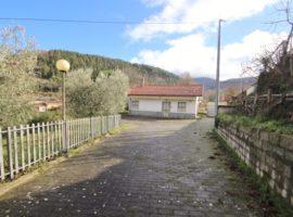 Villetta con terreno a San Nicola Baronia