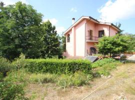 Villa con terreno recintato a Mirabella Eclano