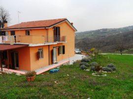 Porzione di villa bifamiliare con 1100 mq di terreno a Castelvetere sul Calore