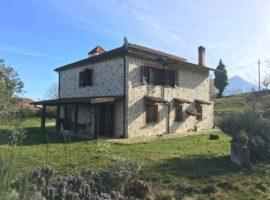 Villa in stile rustico con terreno a Montefalcione
