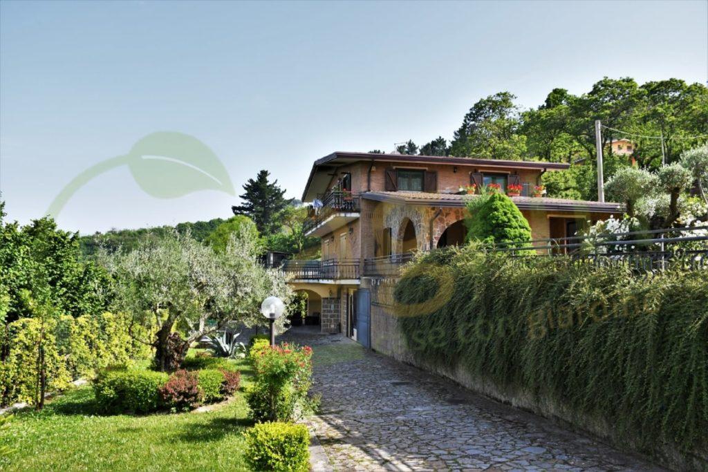 Panoramica villa singola con dependance e piscina