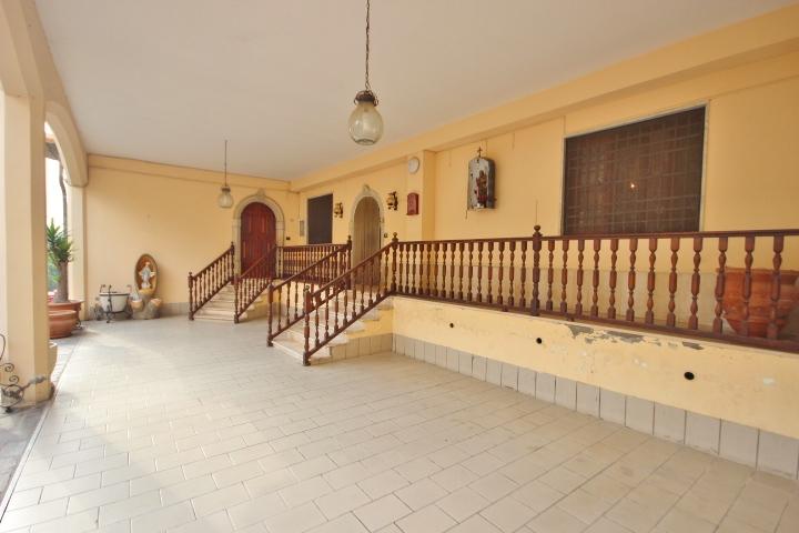 indipendente con ampio portico e giardino a sturno