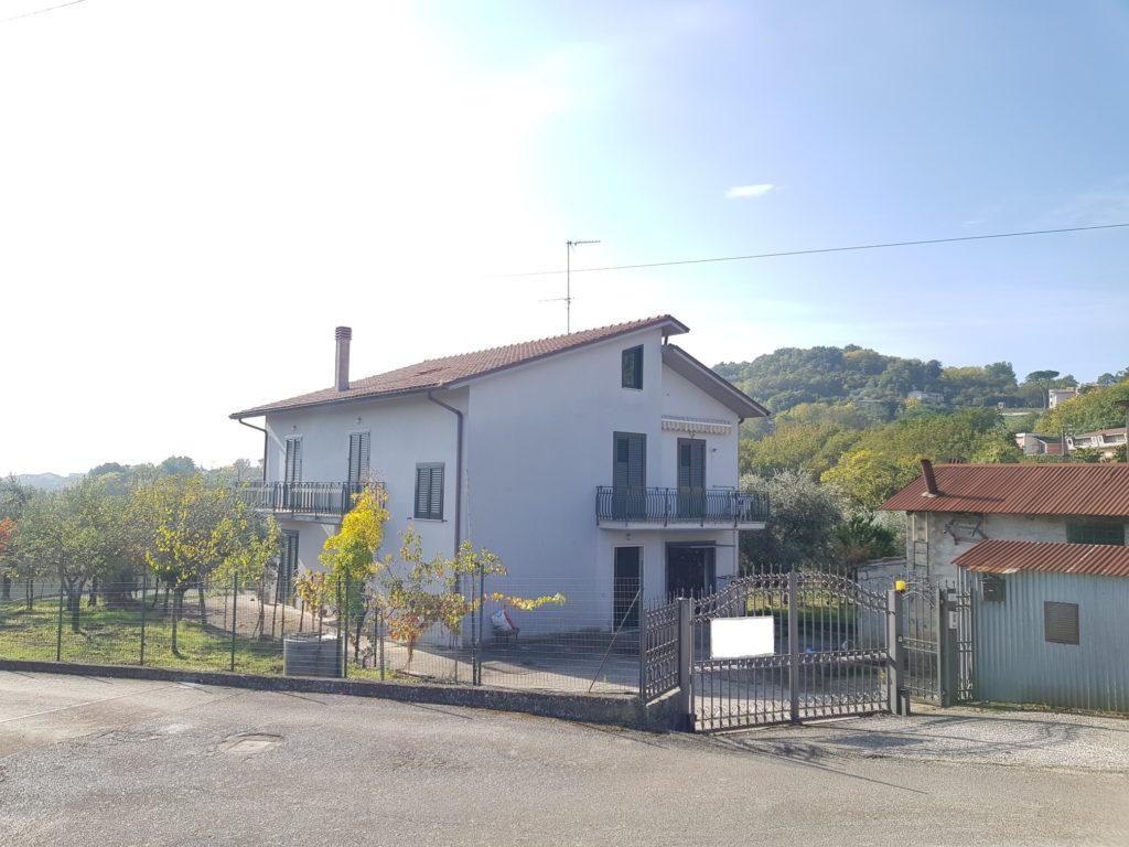 villino panoramico con giardino e ampio box