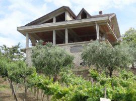Fabbricato indipendente con 1500 mq di terreno a Melito Irpino