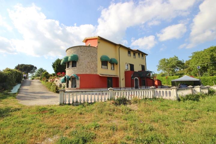 Villa con terreno di 5000 mq a Fontanarosa