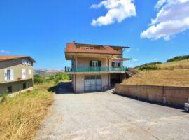 Villa con terreno a Vallesaccarda